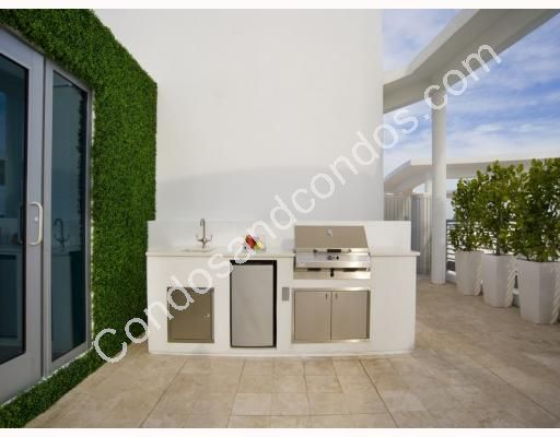 Over-sized terrace with outdoor kitchen/grill