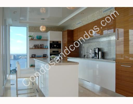 Glossy designer kitchen with eat in breakfast area